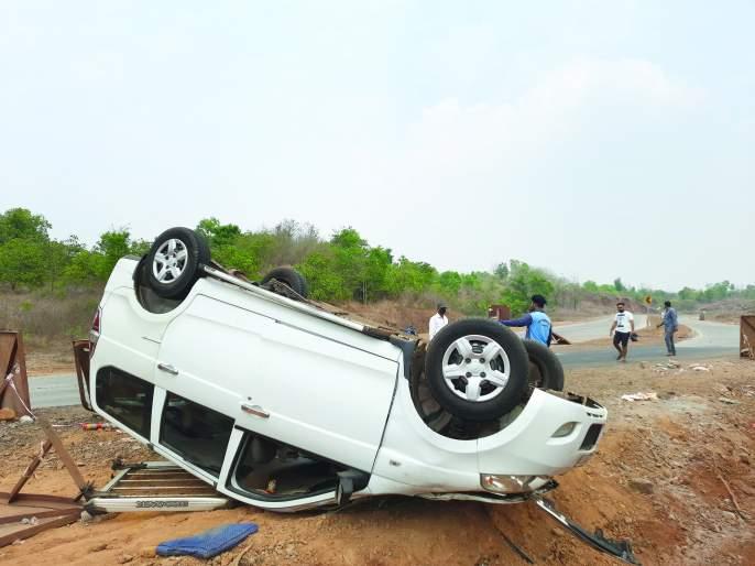 The car crashed into a gutter at Jharbambar | झरेबांबर येथे कार गटारात कलंडली
