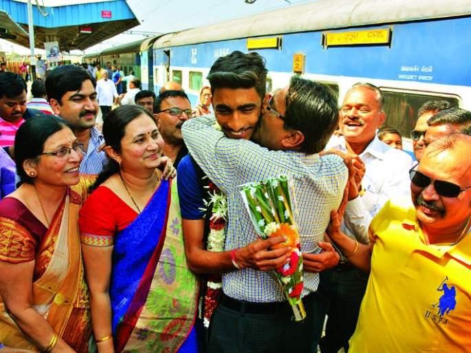 Aditya Thackeray's homecoming of World Cup winning Indian team in Akolatan | विश्वचषक विजेत्या भारतीय संघातील आदित्य ठाकरेचे अकोल्यात स्वगृही आगमन