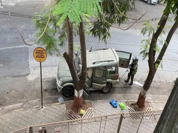 Suspected car loaded with explosives near Mukesh Ambani's house; Threat letter found in car | मुकेश अंबानी यांच्या घराजवळ स्फोटके भरलेली संशयित कार; गाडीत धमकीचे पत्रही सापडले