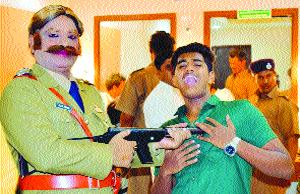 Telugu drama artists play Marathi imprint, directing their father! | तेलुगू नाट्य कलावंतांची मराठी रंगभूमीवर छाप अभिनय, दिग्दर्शनात बाजी मारत घेतली दाद !