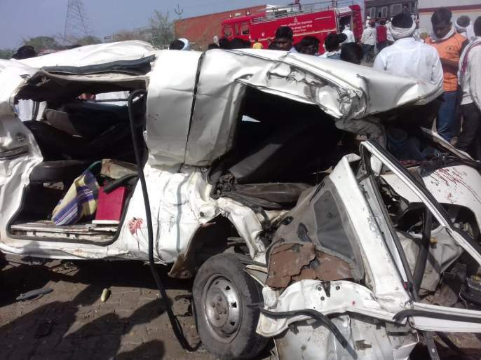 Container crushes passenger vehicle; Fear of 8 people killed | कंटेनरने प्रवासी वाहनाला चिरडले;१३ जण ठार