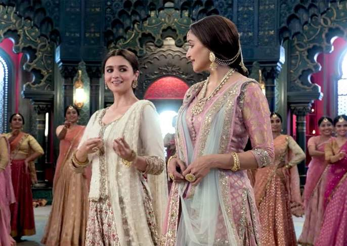 Varun Dhawan and Alia Bhatt's film Kalank song Ghar More Pardesiya out | Kalank song Ghar More Pardesiya: जफर-रूपचे सच्चे प्रेम अन् आलिया-माधुरीची जुगलबंदी!!