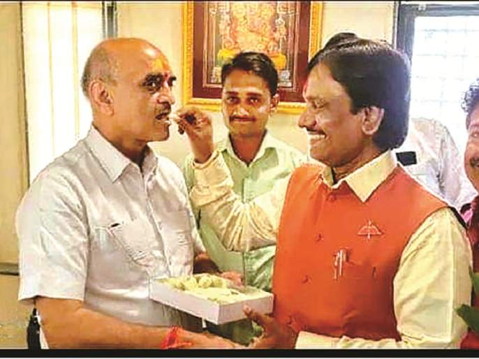 Neighborhoods followed or pulling Khaire's leg ? Sena MLA Ambadas Danave greets BJP's Bhagvat Karad | शेजारधर्म पाळला की खैरेंना डिवचले ? सेना आमदार दानवेंनी भाजपाच्या कराडांना पेढा भरवून दिल्या शुभेच्छा