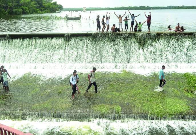 Ambazari Lake overflows for the first time in the rainy season this year   यंदा पावसाळ्यात अंबाझरी तलाव पहिल्यांदाच ओव्हरफ्लो