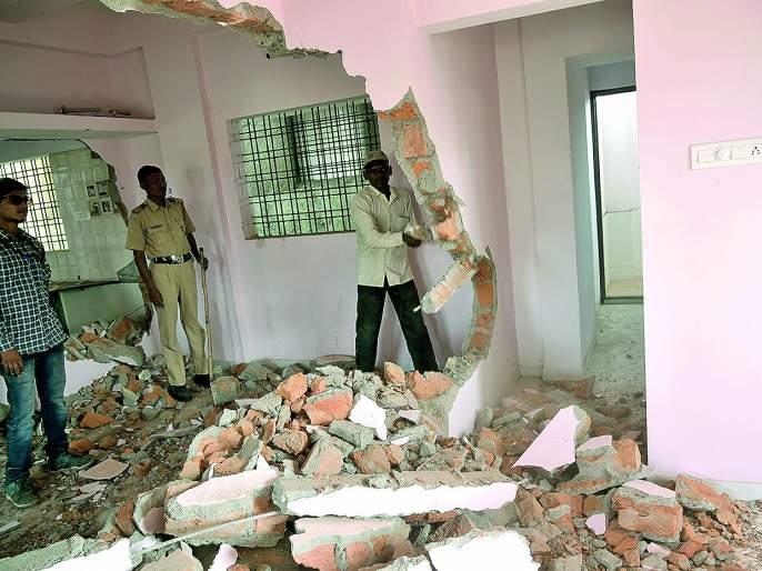 Action at fifth day on the construction of notorious goon Ambekar   कुख्यात गुंड आंबेकरच्या बांधकामावर सलग पाचव्या दिवशी कारवाई