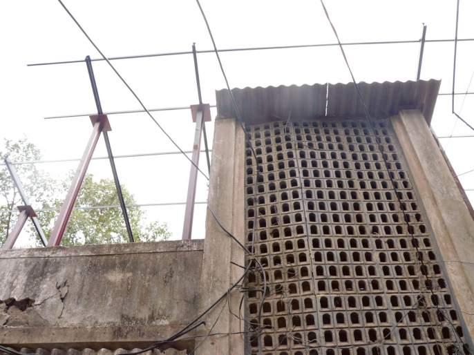 Shed on the dangerous building of Ambernath Mills | अंबरनाथमधील महावितरणच्या धोकादायक इमारतीवर शेड