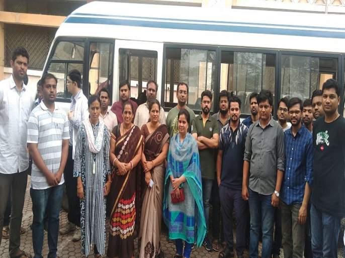 Health team from Ambajogai departs for Sangli to help flood victims | पूरग्रस्तांच्या मदतीसाठी अंबाजोगाईतून आरोग्य पथक सांगलीकडे रवाना