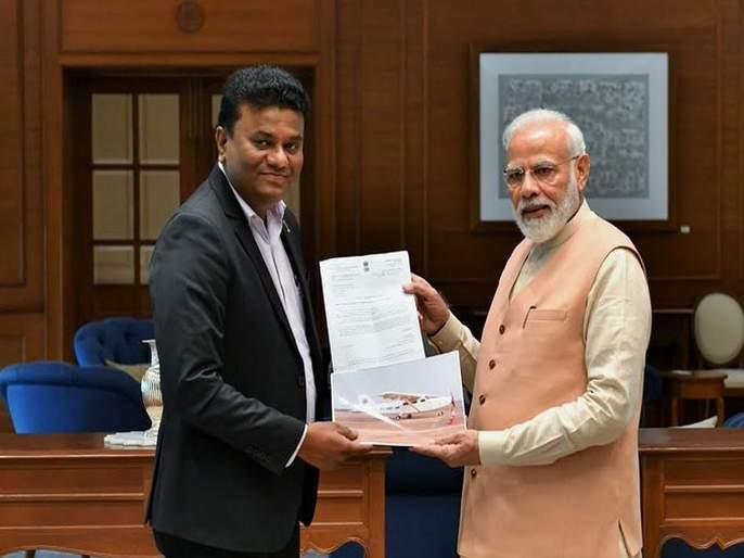 When PM Modi met pilot Amol Yadav who built 6-seater aircraft | छोटे विमान तयार करणाऱ्या अमोलचे मोदींकडून कौतुक