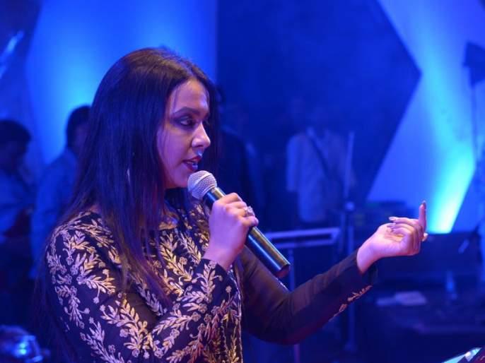 Kajol Devendra Fadnavis's favorite actress, Amrita Fadnavis revealed in Lokmat's awards ceremony | काजोल आहे देवेंद्र फडणवीस यांची आवडती अभिनेत्री, लोकमतच्या पुरस्कार सोहळ्यात अमृता फडणवीस यांचा खुलासा
