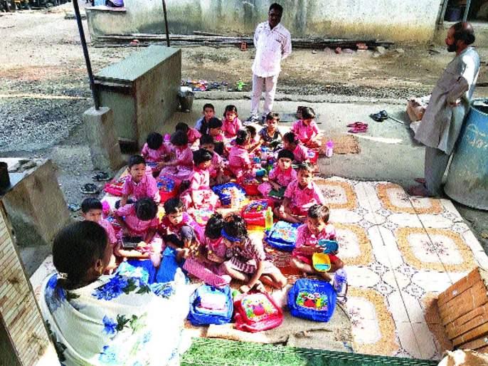 Anganwadi students take education in open | वाकीपाड्यातील अंगणवाडी विद्यार्थ्यांचे शिक्षण उघड्यावर