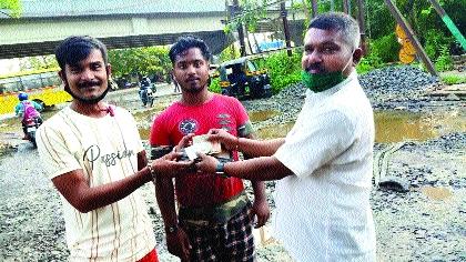 The driver returned the forgotten amount in the rickshaw | रिक्षात विसरलेली रक्कम चालकाने केली परत