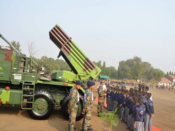 The guns were spotted by future generations on the justification of the army day | सेना दिवसाच्या औचित्यावर भावी पिढीने न्याहाळल्या तोफा
