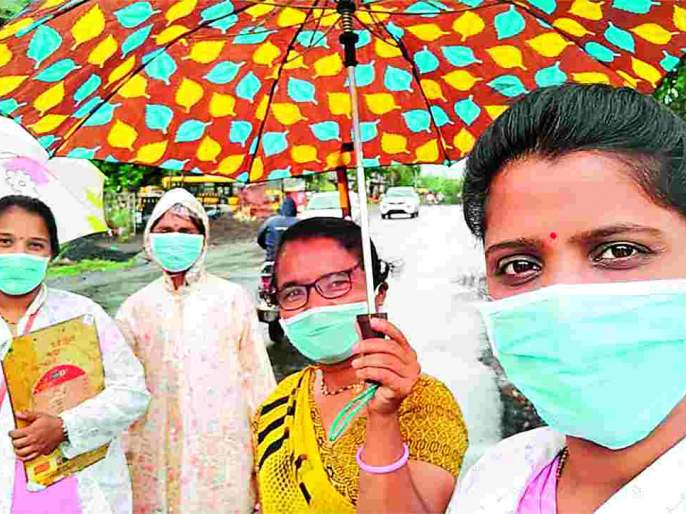 Asha workers are fight corona in villages on the basis of masks and sanitizers only | फक्त मास्क आणि सॅनिटायझर या शस्त्रांच्या आधाराने गावोगावी कोरोनाशी लढणा-या आशा