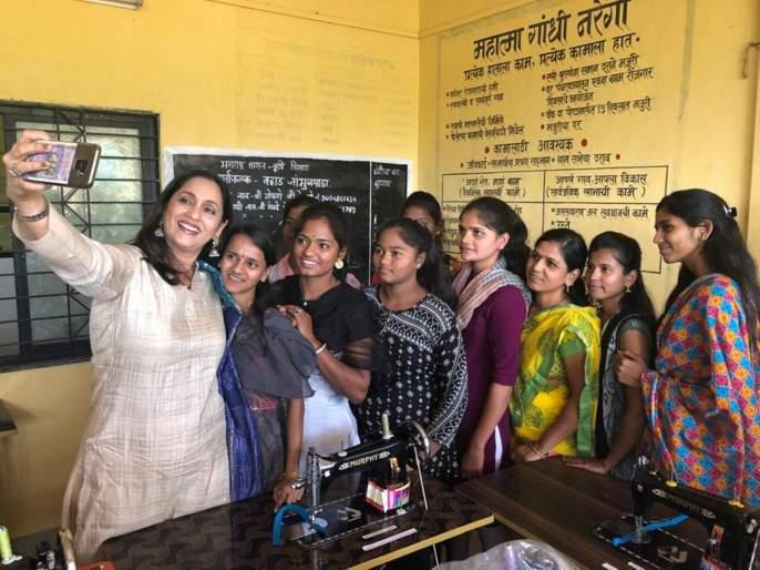 Ashwini bhave give special gift to women on the occasion of women's day | अश्विनी भावेंनी महिला दिनाच्या निमित्ताने महिलांना दिले हे खास गिफ्ट