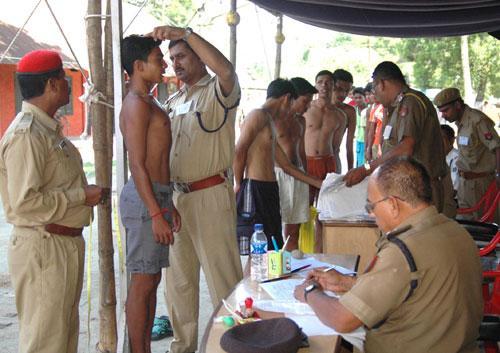 Police recruitment question papers torn; 19 arrested | पोलीस भरती प्रश्नपत्रिका फुटली; १९ जणांना अटक