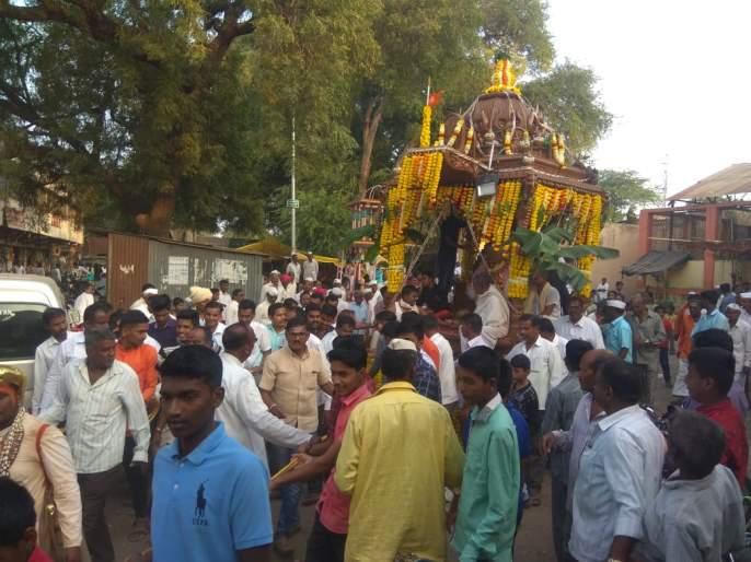 Uttaraswara's Rathotsav in Attapadi in Sangli district with great enthusiasm   सांगली जिल्ह्यातील आटपाडीत उत्तरेश्वराचा रथोत्सव मोठ्या उत्साहात
