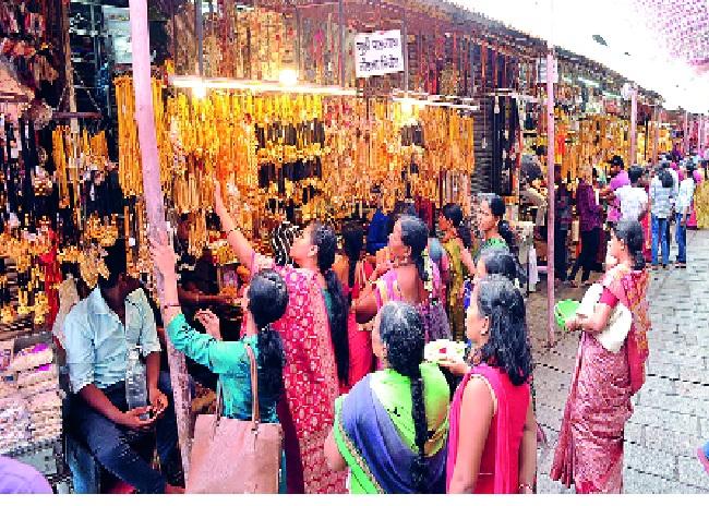 'Ambastha' imitated Jewelry -: 'Devasthan' under lights | 'अंबाबाई'ला इमिटेशन ज्वेलरीचा विळखा - :'देवस्थान'चा दिव्याखाली अंधार