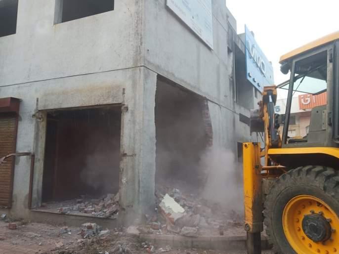 The unauthorized construction of the city's Wadiapark was demolished | नगरच्या वाडियापार्कमधील अनाधिकृत बांधकाम पाडले