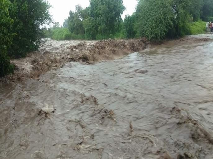 Due to torrential rains, 80 villages lost contact in Soygaon taluka | सोयगाव तालुक्यात पुरात बुडणाऱ्या दोघांना वाचविण्यात यश; ८० गावांचा संपर्क तुटला