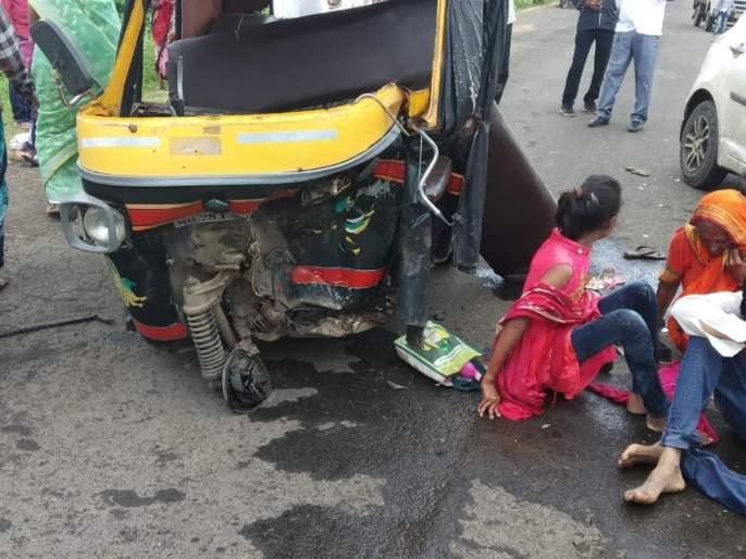 Car and auto rickshaw accident 17 passenger injured | खड्डा चुकविण्याच्या नादात कार व आॅटोरिक्षाचा अपघात; १७ प्रवाशी जखमी