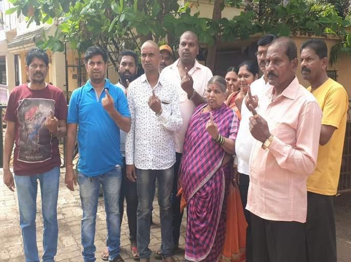 Maharashtra Election 2019 family cast its vote after immersing ashes in badlapur | महाराष्ट्र निवडणूक २०१९: अस्थी विसर्जन करून कुटुंब पोहोचलं मतदानाला