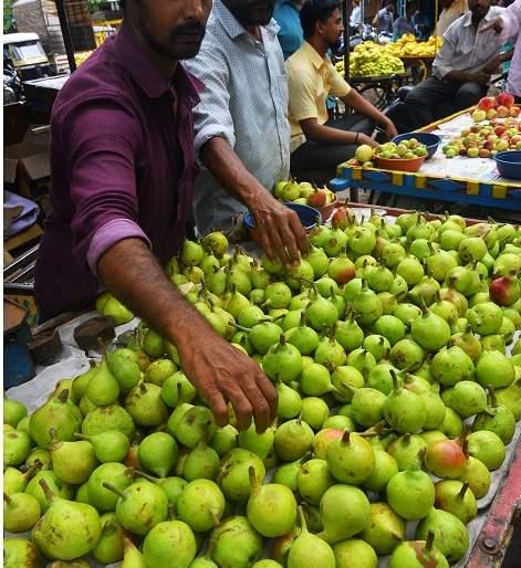 Fruit deals only after vegetables in the market committee | बाजार समितीत भाजीपाल्यानंतरच फळांचे सौदे