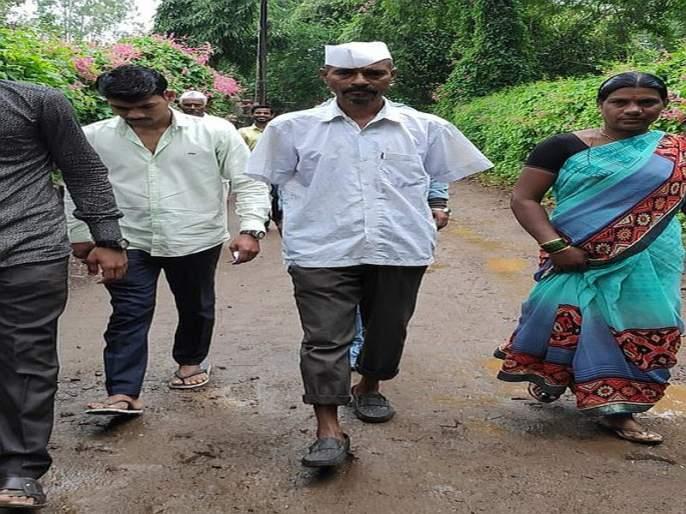 Nashik did not have two hands so they voted with their feet | नाशिक मध्ये दोन हात नाही म्हणून त्याने पायाने केले मतदान