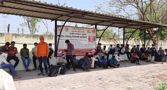 Loabours from gujrat stopped at Balapur | गुजरातहून तीन ट्रकमध्ये आलेल्या ११८ लोकांना बाळापुरातच रोखले!