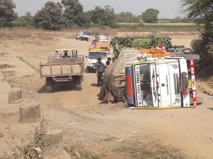 banana truck overturned | रावेरनजीक केळीने भरलेला ट्रक उलटला, पुनखेडामार्गे बसफेऱ्या खंडीत झाल्याने बारावीच्या विद्यार्थ्यांचे हाल