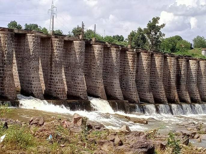 Bandharas are not repaired in time; Millions of liters of water wasted due to negligence of Irrigation Department | बंधाऱ्यांची वेळेत दुरुस्ती नाही; पाटबंधारे विभागाच्या दुर्लक्षामुळे लाखो लिटर पाणी वाया