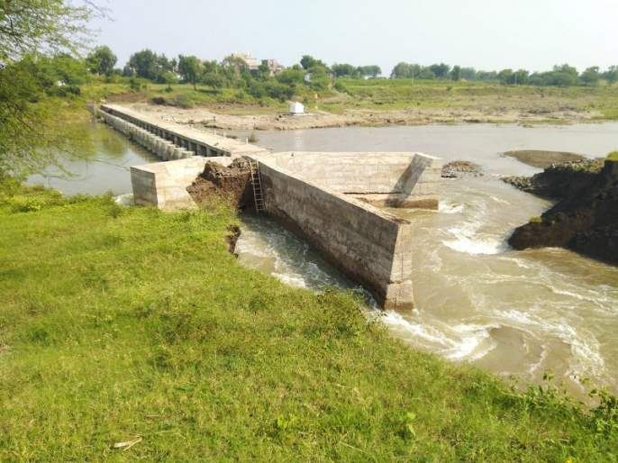 Farmers in double trouble due to the Kolhapuri dam near Kothala broke   कोथळा येथिल कोल्हापुरी बंधारा फुटल्याने शेतकरी दुहेरी संकटात