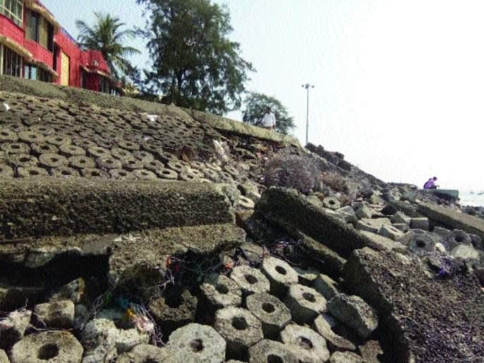 On the banks sea of the Alibaug, the dam collapsed   अलिबाग किनाऱ्यावरील बंधारा फुटला