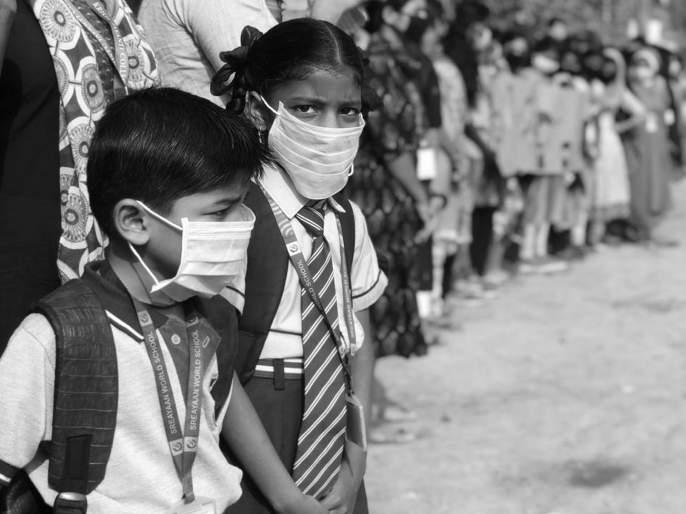 students spends their pocket money to distribute pollution mask   विद्यार्थ्यांच्या खिशातला पैसा थोपवतोय वायू प्रदूषण