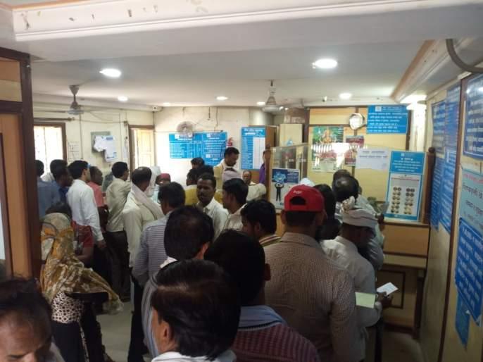 The account holders of Baroda Bank rushed to the consumer forum   बडोदा बँकेच्या खातेदारांनी घेतली ग्राहक मंचाकडे धाव