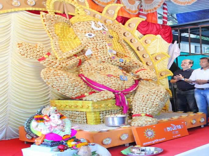 Ganesh 10 feet made by 10 thousand pani puri | तब्बल १० हजार पाणीपुरींचा १० फुटी गणेश