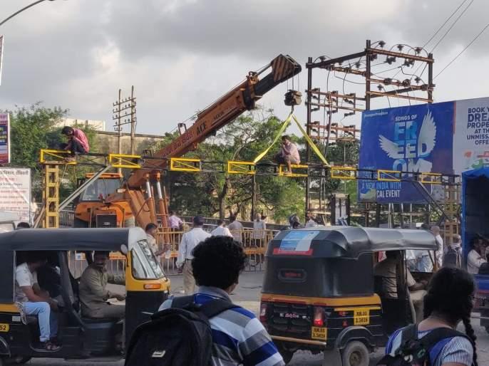 The bridge closed for three hours to put up heat barricades at the airport | उड्डाणपुलावर हाईट बॅरिकेड्स टाकण्यासाठी पूल तीन तास बंद