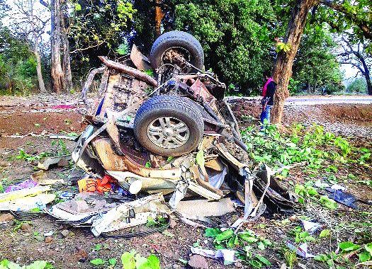 BJP MLAs and four policemen killed in Naxal blasts in Chhattisgarh | छत्तीसगडमध्ये नक्षल्यांच्या स्फोटामध्ये भाजपचे आमदार व चार पोलीस ठार