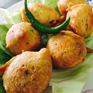 how to make delicious traditional Batata vada? | बटाटावडय़ाचा 'पचका वडा' होतो? मग उत्तम बटाटेवडे करण्याचं एक शास्त्र असतं, ते वाचा.