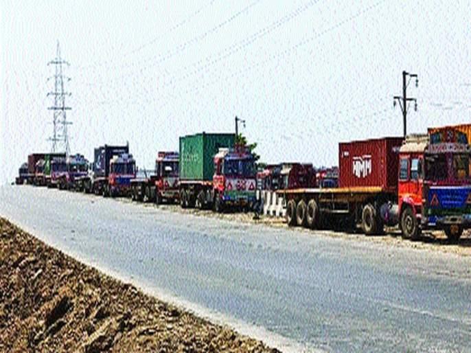 Hunger time on hundreds of drivers; Trucks, trailers queue on the highway at JNPT   शेकडो चालकांवर उपासमारीची वेळ; जेएनपीटी येथे महामार्गावर ट्रक, ट्रेलर्सच्या रांगा