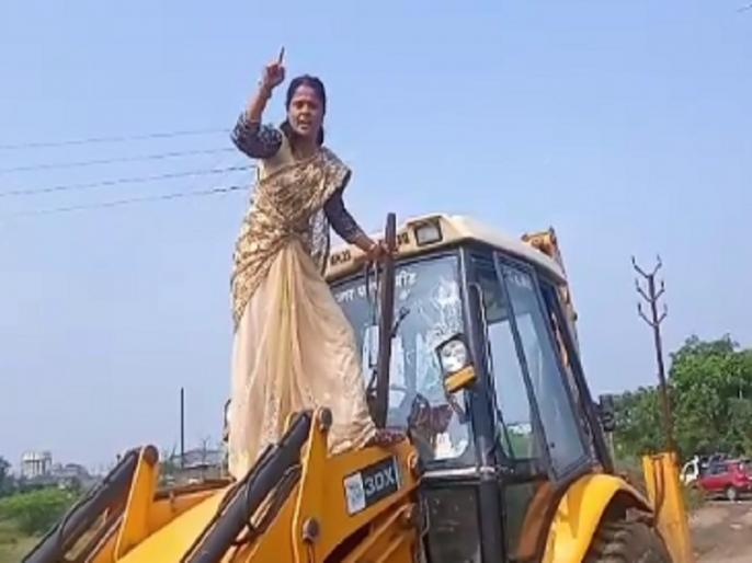 Anger over waste; In Beed, a woman blew up municipal carts and JCB | कचऱ्यावरून संताप; बीडमध्ये महिलेने फोडल्या पालिकेच्या घंटागाड्या अन् जेसीबी