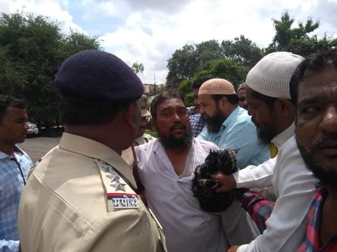 Trader suicide attempt at police superintendent's office in Beed; Demand for action against Gujar Gang | पोलीस अधीक्षक कार्यालयात व्यापाऱ्याचा आत्मदहनाचा प्रयत्न; गुजर गँगविरुद्ध कारवाईची केली मागणी