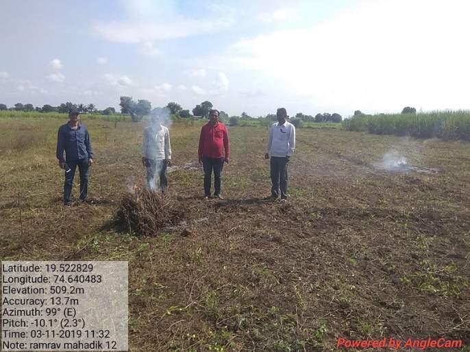 Farmers burned beans during the panchanam | पंचनामा सुरू असताना शेतक-याने सोयाबीन पेटवले