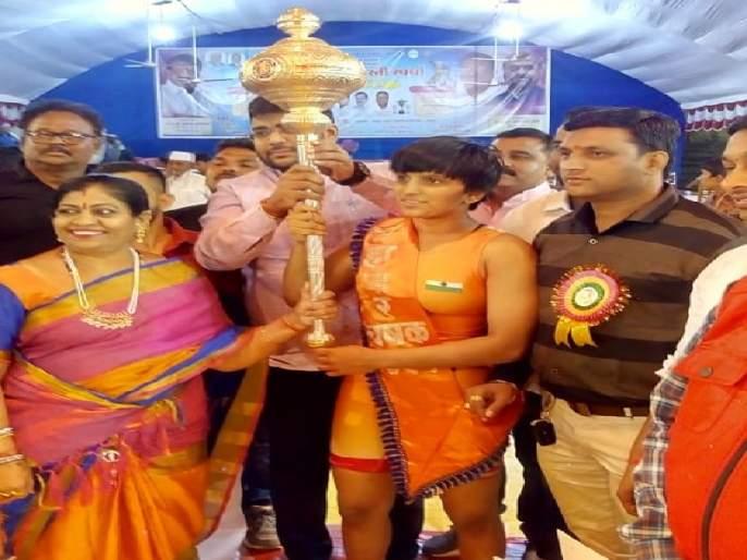 Shrigonda's Bhagyashree Fund wins Chandrapur Mayor Wrestling Cup | श्रीगोंद्याच्या भाग्यश्री फंडने जिंकला चंद्रपूर महापौर कुस्ती चषक