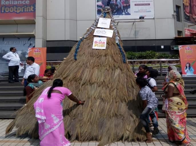 35 feet bamboo made by women in Bhaindar; Record in India Book of Record   भाईंदरमध्ये महिलांनी बनविला ३५ फूट झाडू; इंडिया बुक ऑफ रिकॉर्डमध्ये नोंद