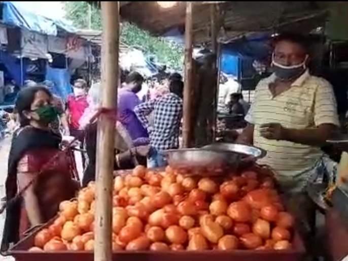 CoronaVirus: In just four days, vegetable prices soared; Crowds in the market, but lick the pockets of customers | CoronaVirus: अवघ्या चार दिवसांत भाज्यांचे दर कडाडले; मार्केटमध्ये गर्दी, ग्राहकांच्या खिशाला मात्र चाट