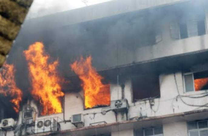 Horrible scenes from CCTV footage of babies crawling in the smoke for 21 minutes | आगीतील धुरात 21 मिनिटं तडफडत होती बाळं, CCTV फुटेजमधील वेदनादायी दृश्ये
