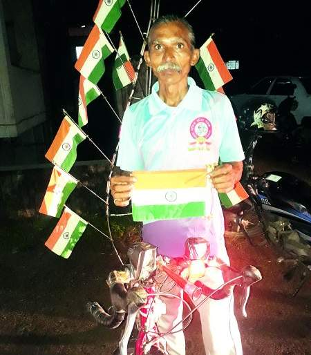 Visit India on his bicycle to honor the jawans | जवानांच्या सन्मानासाठी त्याचे सायकलवर भारत भ्रमण