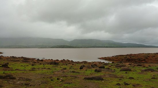 seven dams have zero percent and 10 percent less water in 10 dams in the Bhima Khoka, age | भीमा खो-यातील सात धरणात शून्य टक्के तर दहा धरणांमध्ये १० टक्क्यांपेक्षा कमी पाणीसाठा