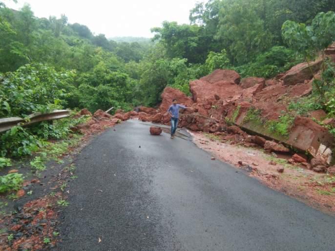 Guhagar - Traffic jam collapses in Paddy | गुहागर - भातगावात दरड कोसळून वाहतूक ठप्प