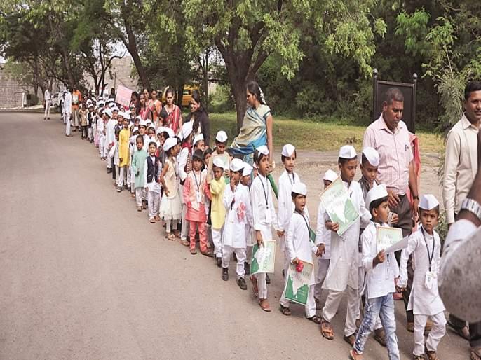 Bhoikot fort 'I too Nehru'; Thirty-three students made costumes | भूईकोट किल्ल्यात 'मैं भी नेहरू'; तिनशे विद्यार्थ्यांनी केली वेशभूषा